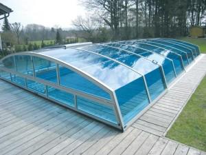 Farbenspiel bei Schwimmbad-Überdachungen