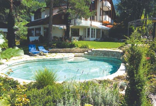 Wohlf hlb den im schwimmbad bereich schwimmbad zu for Gartengestaltung umrandung