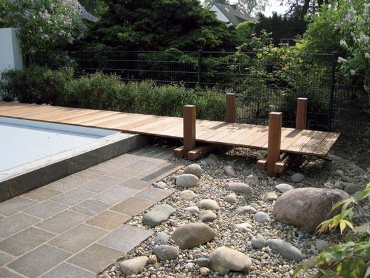 Schwimmbad mit steg im garten schwimmbad zu for Garten idee abo
