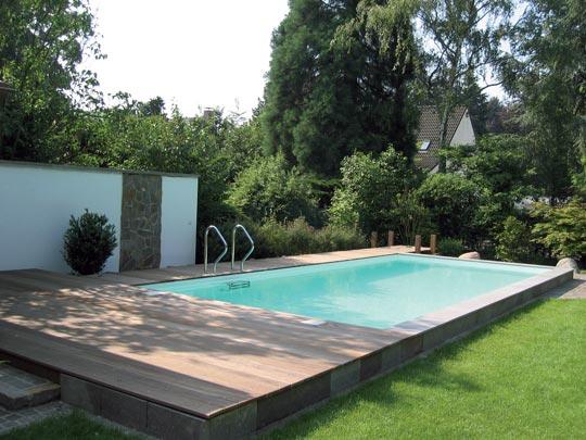 Schwimmbad mit Steg im Garten | Schwimmbad-zu-Hause.de