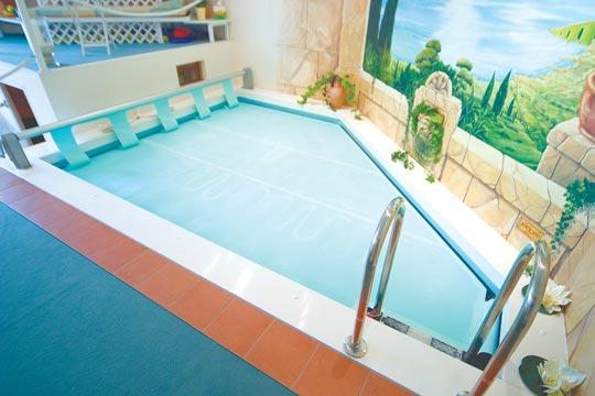 schwimmen im mini schwimmbad schwimmbad zu. Black Bedroom Furniture Sets. Home Design Ideas