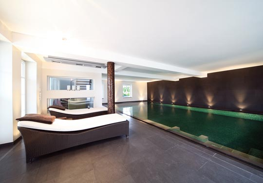 smaragd glanz im schwimmbad schwimmbad zu. Black Bedroom Furniture Sets. Home Design Ideas