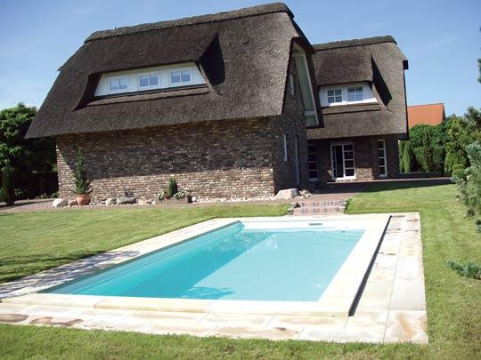 Mit Ihrem Eigenen Pool Vor Der Romantischen Kulisse Ihres Reetdachhauses  Hat Sie Sich Nun Einen Langersehnten Traum Erfüllt.