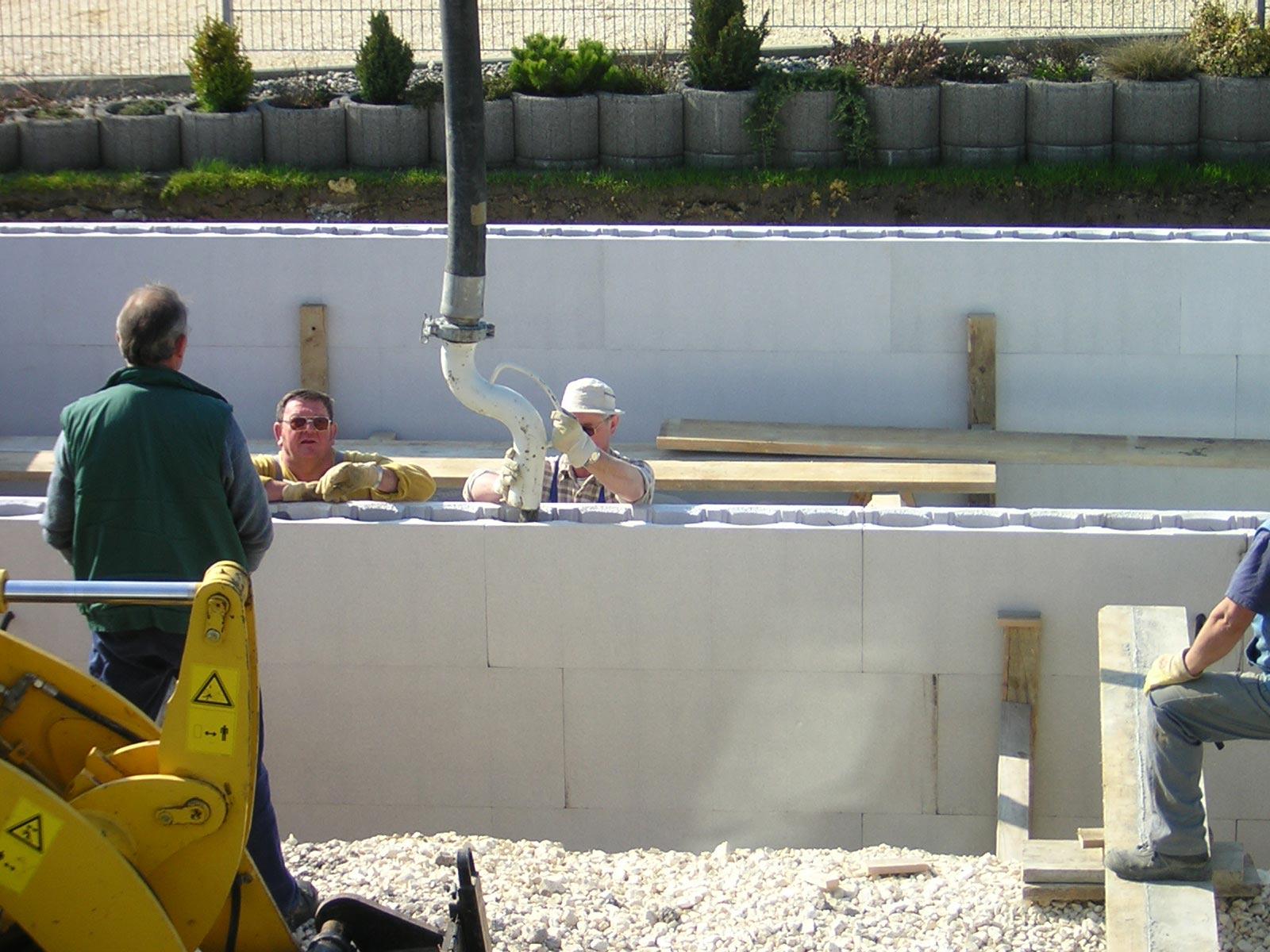 schwimmbad beton wird eingegossen schwimmbad zu. Black Bedroom Furniture Sets. Home Design Ideas