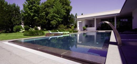 Schwimmbad mit Granitüberlauf