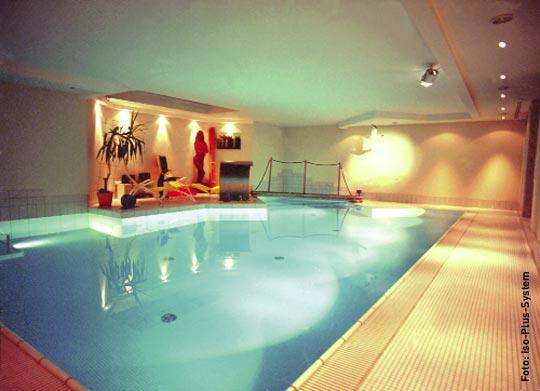 schwimmhallenbau mit sicherheit schwimmbad zu. Black Bedroom Furniture Sets. Home Design Ideas