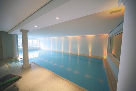 wellness in der vitrine schwimmbad zu. Black Bedroom Furniture Sets. Home Design Ideas