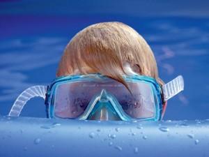 Schwimmbad-kind-taucherbril