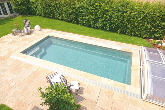 ein schwimmbad an der sonne schwimmbad zu. Black Bedroom Furniture Sets. Home Design Ideas