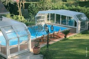 Die Hochausführungsvariante von Abrisud ist ein Kompromiss zwischen Wintergarten und Schwimmbadüberdachung. Von der Mitte zu beiden Seiten aufschiebbar besitzt die Überdachung ein stabiles Dach aus Polycarbonatelementen.