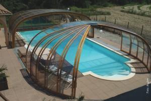 """Das Modell """"Olympic"""" ist eine Kombination aus Kuppel- und Bogenformen. Die Kuppel(n) verfügen über jeweils eine große einfache oder doppelte Schiebetür. Auch die Verglasung hat olympische Maßstäbe: Die Verkleidungselemente sind aus 10 mm dicken Polycarbonat-Doppelstegplatten mit """"No Drop""""-Beschichtung. Das bedeutet, dass die Überdachungselemente eine spezielle Oberflächenbeschichtung aufweisen, die ein Ablaufen des Kondenswassers ermöglicht."""