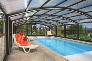 """Das Modell """"Rimini"""" hat wie alle Überdachungen von Paradiso an den Seiten eine Verglasung aus Verbundsicherheitsglas auch VSG genannt. Das Glas ist windsicher bis Windstärke 12. Bei den Dachelementen hat der Kunde die Wahl zwischen Polycarbonat-Doppel- und Dreifachstegplatten."""