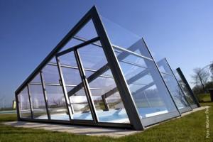 """Eine außergewöhnliche und neuartige Form einer Poolüberdachung präsentiert das Modell """"Design"""" von?Wallner. Die """"Exklusiv""""-Linie, zu der auch das Modell """"Style"""" gehört, ist mit Polycarbonat-Doppelstegplatten in 8 mm Stärke als auch mit Plexiglas in 4 mm?Stärke erhältlich. In Kombination wird meist Polycarbonat für den Dachbereich und Plexiglas für die Seitenteile verwendet."""