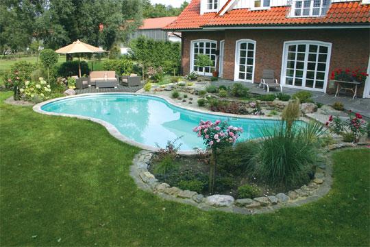 Formvollendet schwimmbad zu - Gartenanlage mit pool ...
