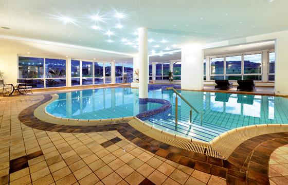 ein schwimmbad mit alpinem lebensgef hl schwimmbad zu. Black Bedroom Furniture Sets. Home Design Ideas