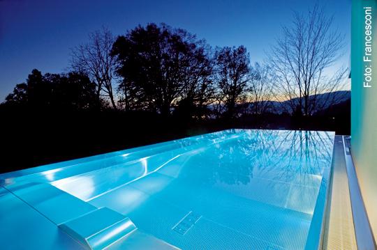 stahl in seiner edelsten form im schwimmbecken. Black Bedroom Furniture Sets. Home Design Ideas
