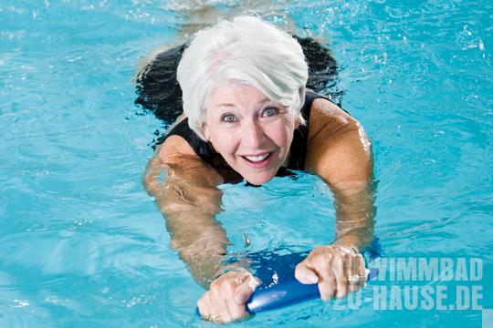 Aeltere-Frau-im-Schwimmbad