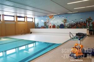 Hallenbad-mit-Rollladenabdeckung-im-Kinderheim