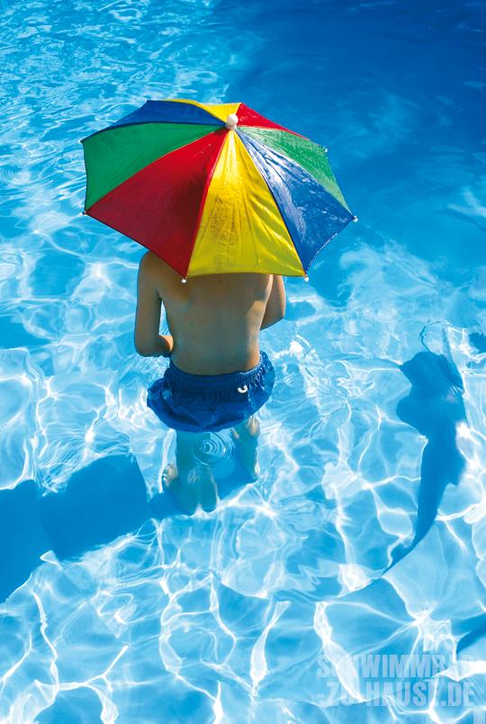 Schwimmbad-Junge-Regenschirm