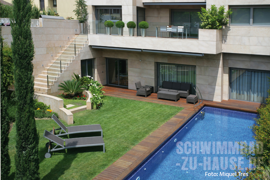 Ein kleines paradies von mauern umgeben schwimmbad zu for Garten pool wasserpflege