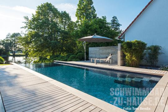 ein pool mit bergseecharakter schwimmbad zu. Black Bedroom Furniture Sets. Home Design Ideas