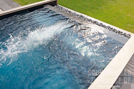 Ein pool mit bergseecharakter schwimmbad zu for Schwimmbad gegenstromanlage