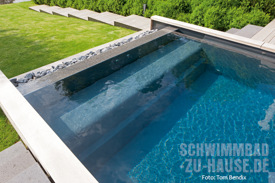 ein pool mit bergseecharakter schwimmbad zu. Black Bedroom Furniture Sets. Home Design Ideas