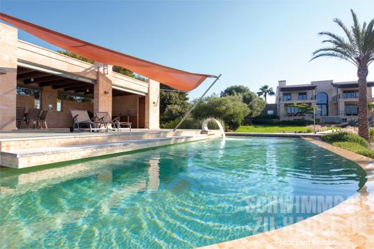 harmonisch integriert schwimmbad zu. Black Bedroom Furniture Sets. Home Design Ideas