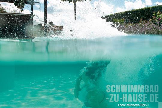 Natürlich-schwimmen-Frau-in-Naturpool