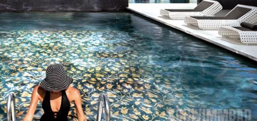 Optik-die-Begeistert-Schwimmbad-mit-goldenem-Glasmosaik