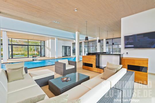 Wohnzimmer am pool schwimmbad zu for Gartenpool 10 meter
