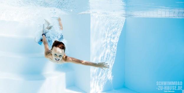 Das-reine-Wasser-Junge-taucht-in-sauberem-Wasser