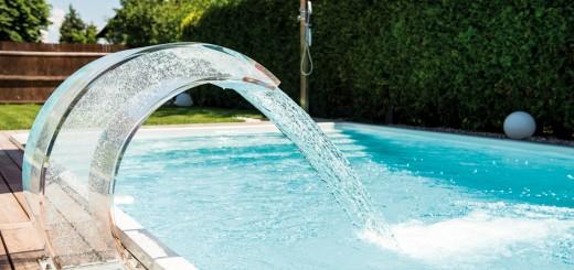 Pool-mit-Vollausstattung-Acrylgals-Schwalldusche-in-Aktion