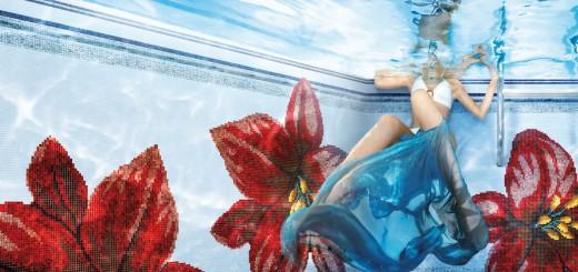 Spiegel-des-Lichts-Frau-in-atemberaubenden-Mosaikgefliesten-Pool