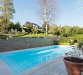 Pool-mit-Heimvorteil-Das-Becken-bietet-eine-breite-Einstiegstreppe-und-eine-Sitzbank