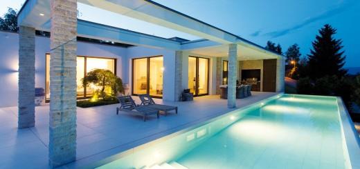 Viva-la-vida-Schwimmbad-und-Haus-erstrahlen-bei-Nacht-in-phänomenalem-Licht