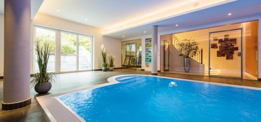Wellness-is-coming-home-Eine-geradlinige-Formensprache-und-ein-cleaner-Look-setzen-das-Hallenbad-gekonnt-in-Szene