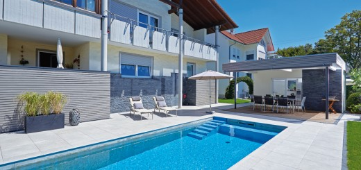 Betonte-Kontraste-Haus-Terrasse-und-Pool-ergeben-ein-harmonisches-Gesamtbild