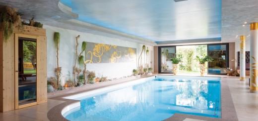 Halle-der-Träume-Das-GFK-Fertigbecken-von-Riviera-ist-auch-für-sportliche-Aktivitäten-bestens-geeignet