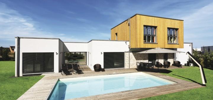 Moderner-Purismus-In-Farbgebung-und-Materialauswahl-bei-Schwimmbad-und-Haus-überließ-die-Bauherrenschaft-nichts-dem-Zufall