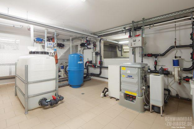 Der-Weg-des-Wassers_Im-Technikraum-wird-für-die-Klarheit-Ihres-Poolwassers-gearbeitet