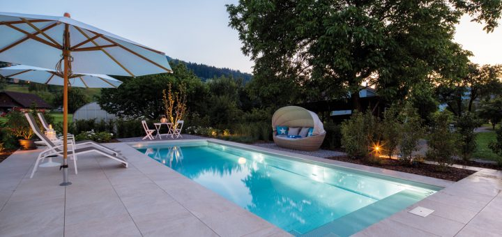 Familienglück_Das-9-x-3,5-x-1,5-Meter-große-Edelstahlbecken-verwandelt-den-Garten-in-der-Abenddämmerung-in-eine-wahre-Spa-Oase
