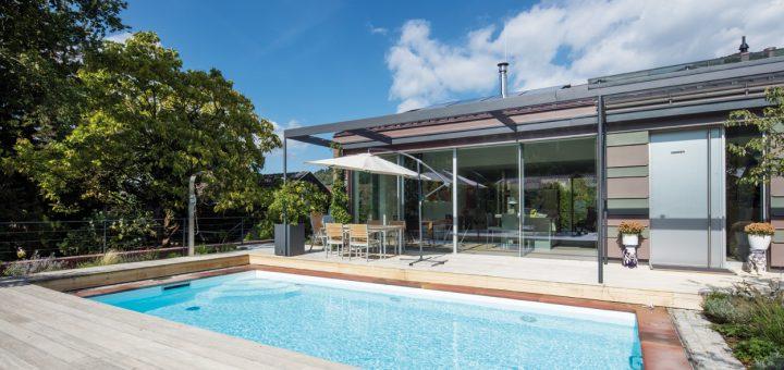 Den-Herbst-des-Lebens-genießen_Eine-Terrasse-mit-Sonnen--und-Schatten--plätzen-sowie-ein-großzügiger-Pool-bieten-Raum-zur-Entspannung-und-für-Aktivitäten
