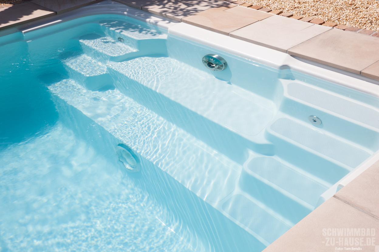 Pool im garten einbauen pu95 hitoiro for Schwimmbad gegenstromanlage