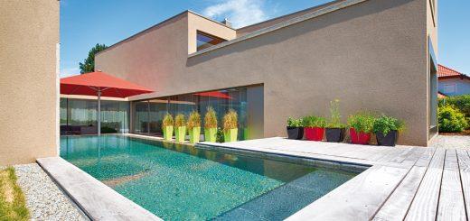 Harmonie-auf-gerader-Linie_Der-geradlinige-Pool-aus-Sichtbeton-schiebt-sich-zwischen-die-beiden-Baukörper-des-Architektenhauses-und-greift-dessen-geometrische-Formensprache-harmonisch-auf