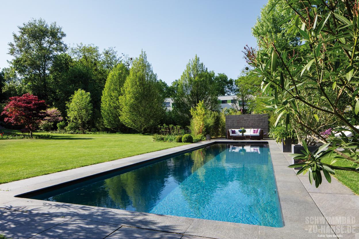 Im spiegel des wassers schwimmbad zu - Gartenanlage mit pool ...