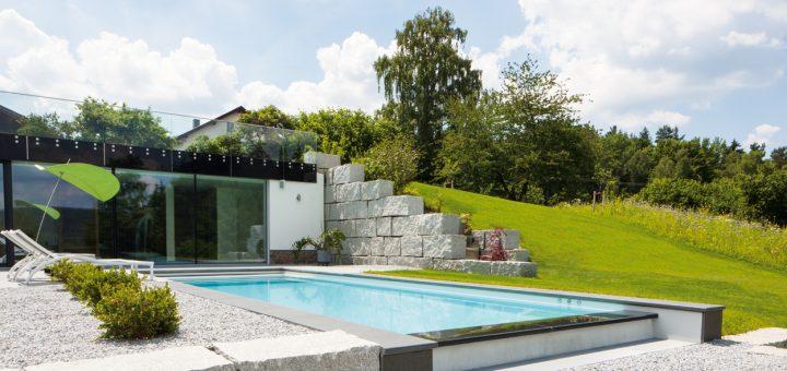 Panorama-Pool_Dieser-smarte-Pool-am-Hang-besticht-durch-das-architektonische-Gesamtkonzept-im-Allgemeinen-und-die-Panorama-Überlaufrinne-im-Besonderen