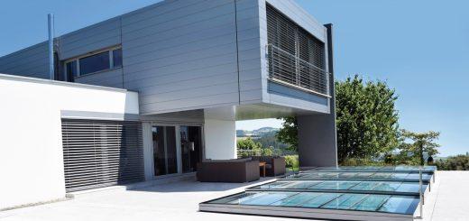 Pimp-my-Pool_Die-klare-Architektursprache-des-Hauses-wird-durch-die-flache-Design-Abdeckung-perfekt-unterstrichen