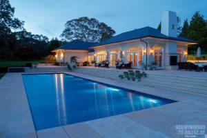 Pools-mögen-Cover_Besondere-Lichteffekte-erscheinen-bei-diesem-blauen-Polycarbonat-Rollladenpanzer-erst-bei-eingeschalteter-Unterwasserbeleuchtung