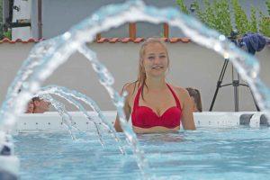 Whirlpools World feiert mit Wassernixen und Wellness-Fans